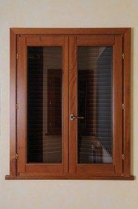 finestra legno chiaro
