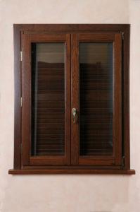 finestra legno scuro