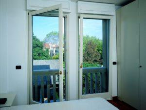 finestra porta legno bianca